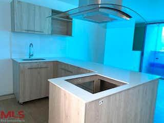 Una cocina con lavabo y microondas en Class 48