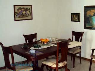Una sala de estar llena de muebles y una mesa en EL CEDRO