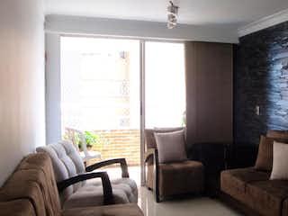 Una sala de estar llena de muebles y una ventana en ED. ALIZARES