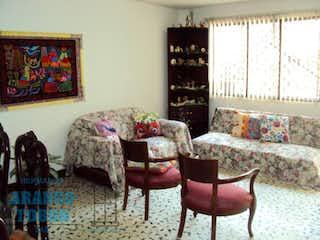 Una sala de estar llena de muebles y decoración en