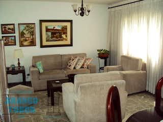 Una sala de estar llena de muebles y una ventana en EDIFICIO NUTIBARA P.H