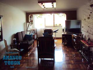 Una sala de estar llena de muebles y una televisión de pantalla plana en LOS INDIOS