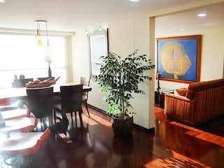 Una sala de estar llena de muebles y una planta en maceta en Apartamento En Venta En Bogota Cedritos-Usaquén
