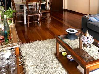 Una sala de estar llena de muebles y una mesa de madera en Apartamento En Venta En Bogota Bella Suiza