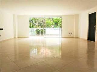 Una vista de una sala de estar con una ventana en VENTA HERMOSO APARTAMENTO EN ENVIGADO BARRIO ALCAL!!