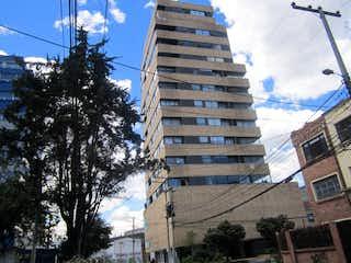 Un edificio alto sentado al lado de una calle en Apartamento En Venta En Bogota Teusaquillo-Teusaquillo