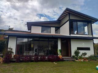 Una casa que está sentada en la hierba en Casa en Venta CENTRO