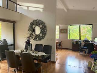 Una sala de estar llena de muebles y un reloj en Casa en Venta LA CONCHA