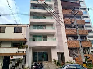 Un edificio alto con muchas ventanas en Apartamento en Venta LA CASTELLANA