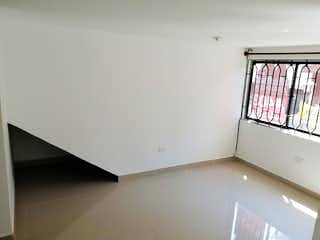Un cuarto de baño con una bañera blanca y una ventana en Apartamento en Venta SAN BERNARDO