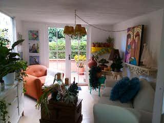 Una sala de estar llena de muebles y una planta en maceta en Casa en venta en Salvatorianos, de 100mtrs2