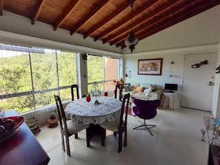 Una sala de estar con una mesa y sillas en Apartamento en venta en Castropol, de 58mtrs2
