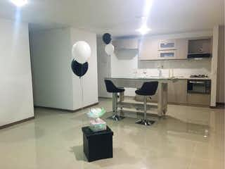 Una habitación llena de muebles y un gran espejo en Apartamento en venta en Loma de Cumbres, de 90mtrs2
