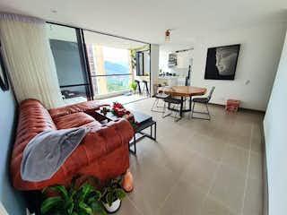 Una sala de estar llena de muebles y una televisión de pantalla plana en Apartamento en venta en Loma de Las Brujas, de 103mtrs2