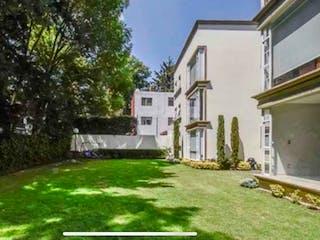 Una casa que está sentada en la hierba en Departamento en venta en Tetelpan, 141m² con Jardín...