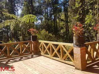 Un hombre de pie en la parte superior de un puente de madera en Parcelación Chagualos