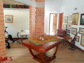 Una sala de estar llena de muebles y una chimenea en Persia