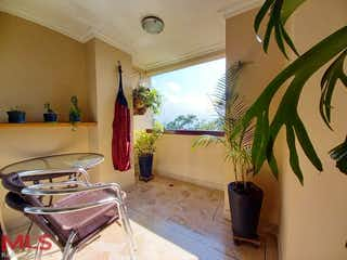 Una sala de estar llena de muebles y una planta en maceta en Palma Real
