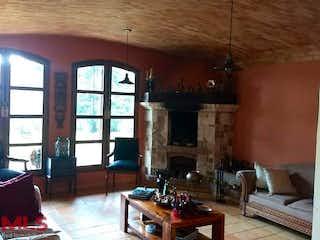 Una sala de estar llena de muebles y una chimenea en Parcelación Villas de Llanogrande