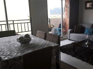 Una habitación de hotel con dos camas y un sofá en SE VENDE APARTAMENTO EN ZIPAQUIRA