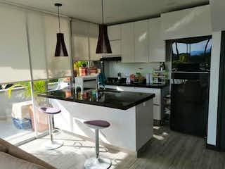 Una cocina con una mesa y una nevera en EDIFICIO VISTA AZUL
