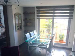Una sala de estar llena de muebles y una ventana en Apartamento En Venta En Bogota Chapinero Alto