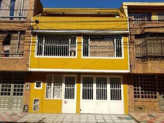 Un edificio con una señal amarilla en él en Venta Casa Bosques de Mariana