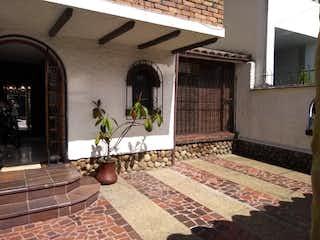 Una sala de estar con un sofá y una alfombra en C005 VENDO EN  LINDISIMA CASA SANTA BARBARA CENTRAL