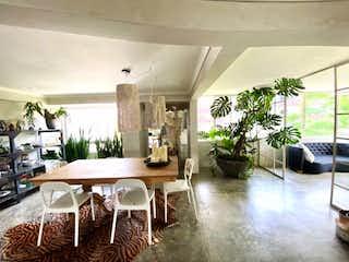 Una sala de estar llena de muebles y una planta en maceta en VENDO ESPECTACULAR APARTAMENTO REMODELADO EN LOS BALSOS EL POBLADO