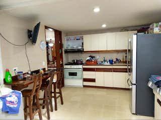 Una cocina llena de un montón de armarios de madera en Casa en venta en Comuna 13 de 4 hab. con Jardín...