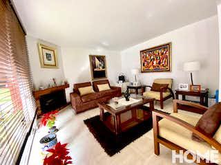 Una sala de estar llena de muebles y una chimenea en Amplia Casa De 4 Pisos Y 4 Hab Y ESTUDIO-VENTA-Av 19 Cll 128b-CALLEJA