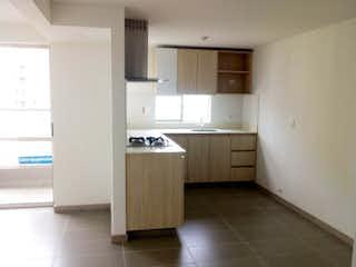 Una cocina con nevera y fregadero en Venta de Apartamento Nuevo Sector Loma de los Bernal