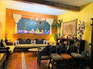 Una sala de estar llena de muebles y una pintura en Casa en venta, col. postal de 162 mts de construcción