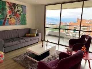 Una sala de estar llena de muebles y una gran ventana en Apartamento en venta en San Lucas de