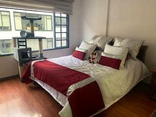 Una habitación de hotel con dos camas y una mesa en C005 VENDO CERCA AL PARQUE 93 CHICO REMODELAR