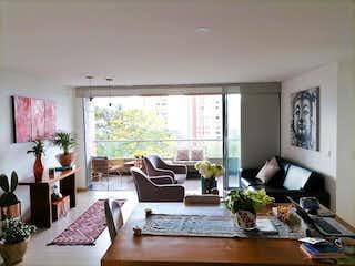 Una sala de estar llena de muebles y una gran ventana en Apartamento en Envigado Loma del Chocho