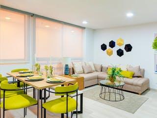 Una sala de estar con una mesa y sillas en Mistral