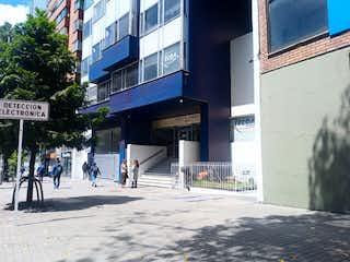 Un grupo de personas caminando por una calle en Apartamento en venta en Santa Fé 65m²