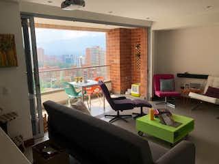 Una sala de estar llena de muebles y una ventana en Apartamento en Venta ALEJANDRIA