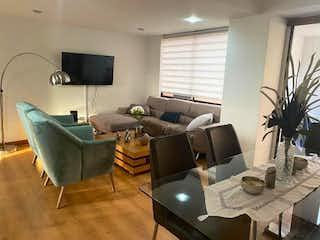 Una sala de estar llena de muebles y una televisión de pantalla plana en Apartamento en venta en Boston 106m²