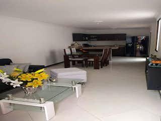 Una sala de estar llena de muebles y una mesa en Casa en venta en La Milagrosa de 130mts