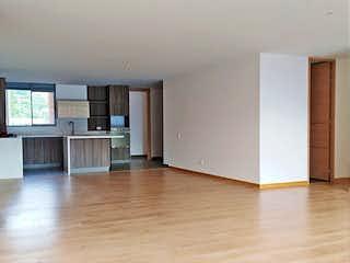 Una sala de estar llena de muebles y una televisión de pantalla plana en Apartamento en venta en Loma de Las Brujas de tres habitaciones