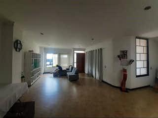 Una sala de estar llena de muebles y una ventana en Casa en venta en La Doctora de 320mts