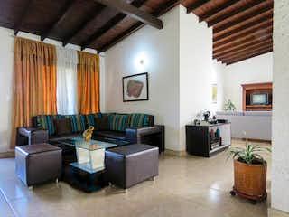 Una sala de estar llena de muebles y una televisión de pantalla plana en Casa en Venta VILLA HERMOSA