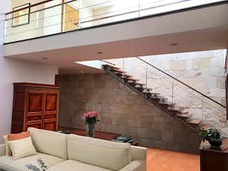 Una sala de estar llena de muebles y una ventana en Casa en venta en San Angel Inn de 750mts