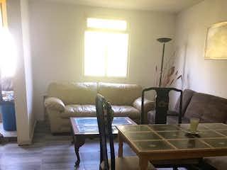 Una sala de estar llena de muebles y una mesa en Departamento en venta en Irrigación de cuatro recamaras