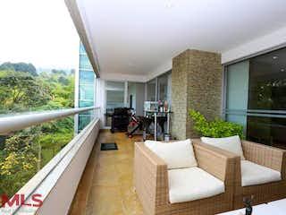 Una sala de estar llena de muebles y una gran ventana en Renaisance