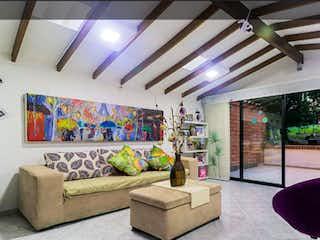 Una sala de estar llena de muebles y una gran ventana en Apartamento en venta en Loma de los Bernal de tres habitaciones