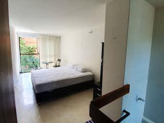 Una cama sentada en un dormitorio junto a una ventana en Apartamento En Venta En Medellin Conquistadores