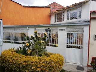 Una casa que tiene un montón de flores en ella en Vendo Linda Casa Almería, Bogotá
